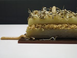 Pera, chicharrones y germinado de hinojo