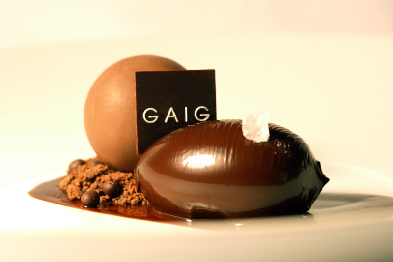 Esfera de chocolate negro y miga de cacao por Josep Armenteros