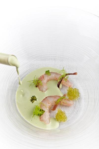 Gambas rotas preñadas, sopa fría de ajo verde por Ángel León